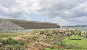 Vista do parede do açude Castanhão, com terra erodida no entorno (Foto: Viktor Braga)