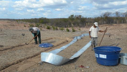 Técnicos preparam uma tira de alumínio que irá isolar uma área degradada do entorno do Castanhão (foto: Isabel Cristina)