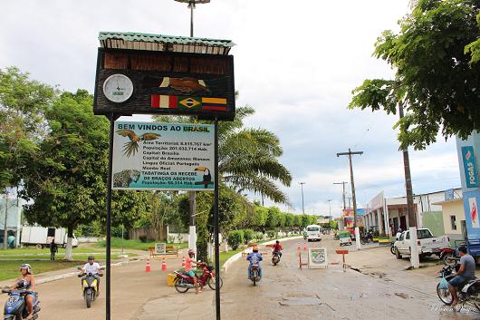 Fronteira entre dois países em uma avenida com alguns motociclistas. Uma placa dando boas-vindas está no centro da passagem (Foto: Pasión Viajes)
