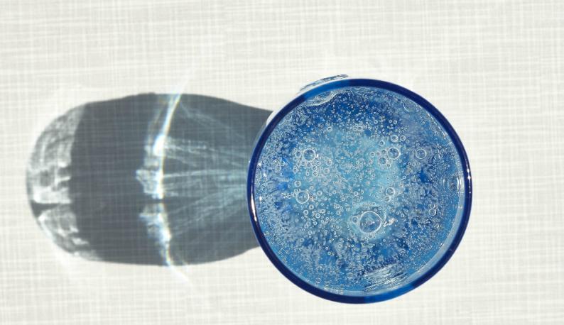 Copo com água e sombra (Foto: LudgerA/Banco de imagens Pixabay))