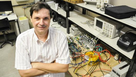 Prof. André Lima em laboratório do Departamento de Engenharia Elétrica (Foto: Ribamar Neto/UFC)