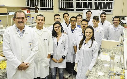 Equipe de pesquisadores reunida em laboratório, posando para a foto (Foto: Ribamar Neto/UFC)