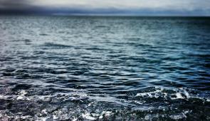 Ondas chegando suavemente ao litoral (Foto: Unsplash/Banco de Imagens Pixabay))