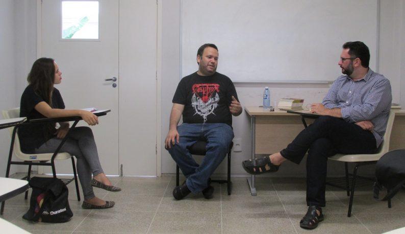 Estudante, poeta e professor em sala de aula, sentados e conversando (Foto: Divulgação/Cipó)