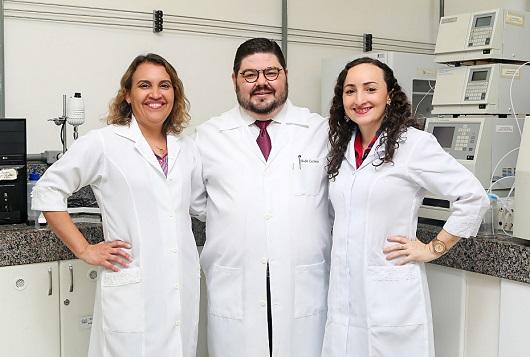 Profª Luciana Gonçalves, Prof. André Casimiro e Profª Valderez Rocha em um espaço de laboratório, posando para a foto (Foto: Ribamar Neto/UFC)