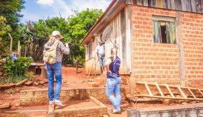 Duas pesquisadores sobrem escada improvisada para chegar à casa de morador rural (Foto: Nucom)