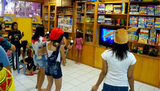 Crianças conhecem laboratório de brinquedos e jogos (Foto: Projeto Conhecendo a Extensão)