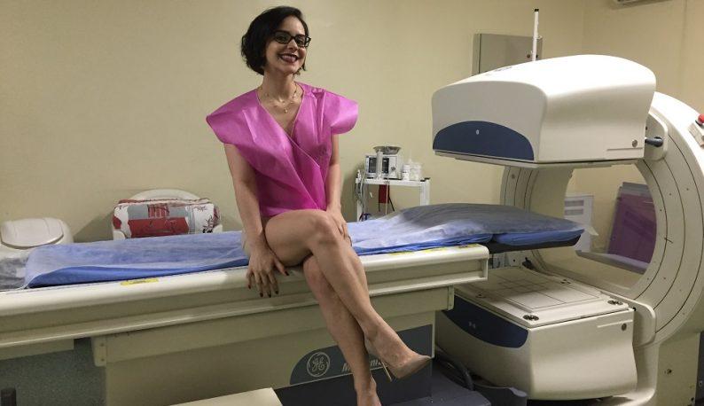 Psicóloga Maria Camila Moura posa de bata rosa em sala de exame (Foto: Arquivo pessoal)