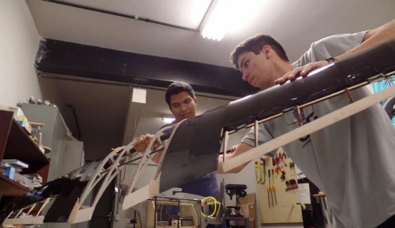 Estudantes seguram equipamentos de montagem de aviões, trabalhando no projeto (Foto: Divulgação/Avoante Aeromec)
