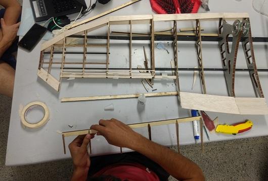 Esqueleto de aeronave junto a equipamentos de montagem (Foto: Divulgação/Avoante Aeromec)