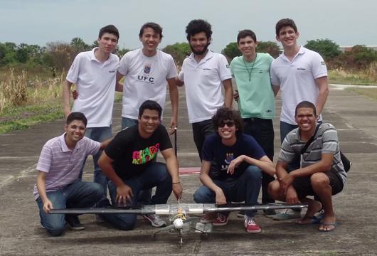 Equipe de estudantes reunida para foto em pista de pouso, com a aeronave à frente (Foto: Divulgação/Avoante Aeromec)
