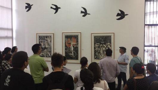 Grupo de visitantes observa obras de arte no MAUC (Foto: Rochelly Alexandre/Conhecendo a Extensão)