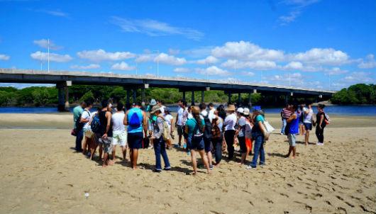 Grupo em área de mangue (Foto: Mozart Lucena/Conhecendo a Extensão)