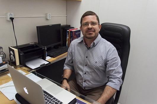 Prof. Hélio Vitoriano sentado no seu escritório (Foto: Viktor Braga/UFC))