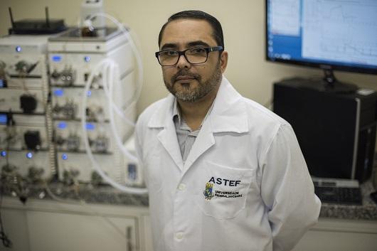 Professor Ivanildo José da Silva Júnior ao lado de equipamento que realiza purificação de proteínas (Foto: Jr. Panela/UFC)