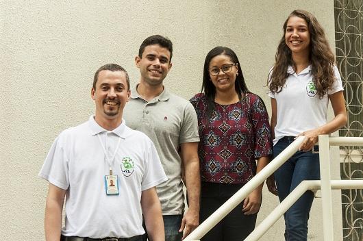 Prof Patrik ao lado de estudantes do Laboratório de Entomologia Aplicada (Foto: Viktor Braga)