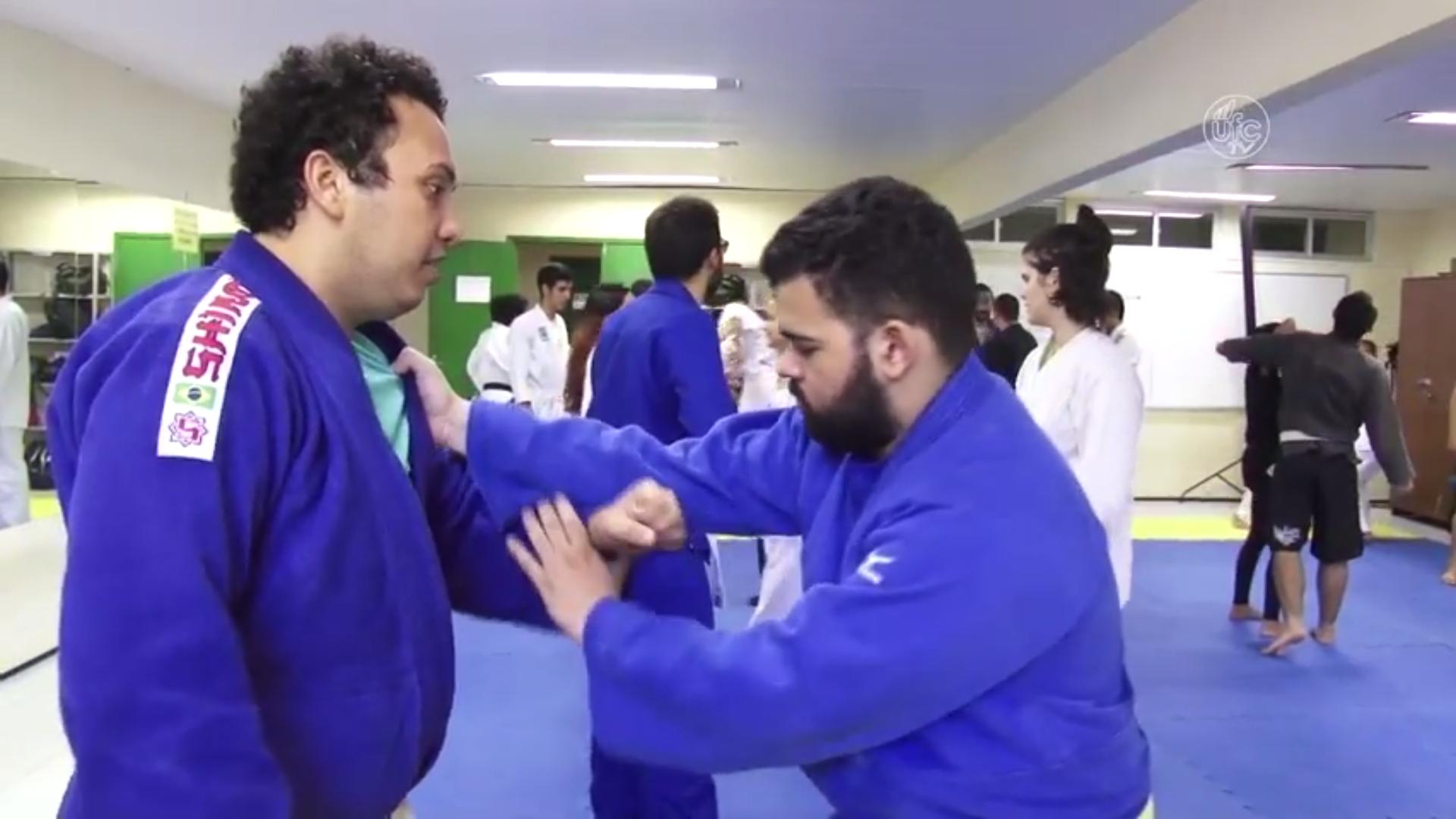 Dois judocas treinam no tatame (Imagem: Gutiérrez Réges/UFCTV)