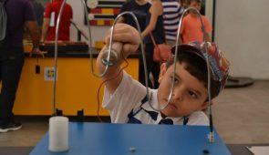 Criança brinca com experimento científico (Foto: Filipe Pereira)
