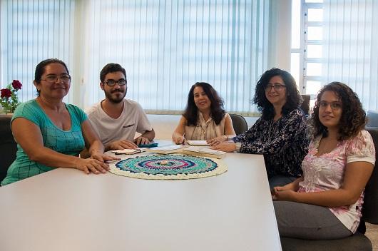 Grupo de pesquisadores do Locus sentado em volta da mesa (Foto: Ribamar Neto/UFC)