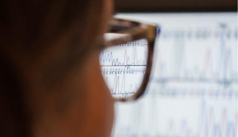 Sequência de DNA vista por meio da lente de um óculos (Foto: Ribamar Neto/UFC)