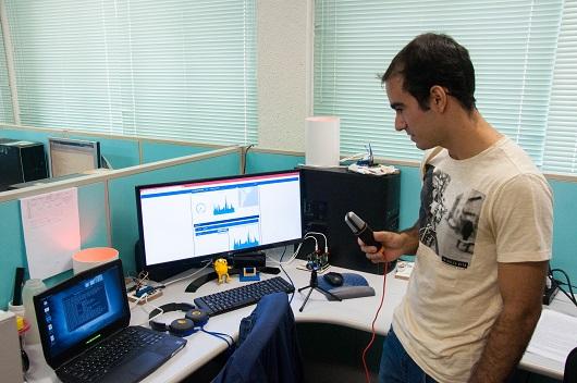 Pesquisador com microfone na mão em frente a computador (Foto: Ribamar Neto/UFC)