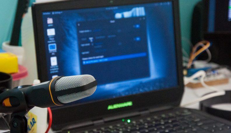 Microfone utilizado na experiência ao lado de uma das máquinas do Gtel (Foto: Ribamar Neto/UFC)