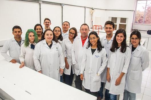 Equipe reunida do Grupo de Eletroquímica e Corrosão da UFC (Foto: Ribamar Neto/UFC)