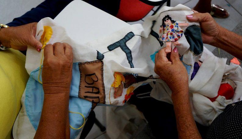 Mulheres bordam durante encontro do projeto de extensão (Foto: Beatriz Fernandes)