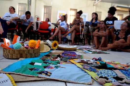 Mulheres se reúnem ao redor das costuras produzidas nos encontros (Foto: Beatriz Fernandes)