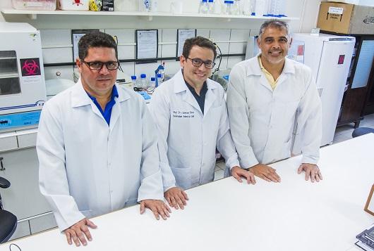 Pesquisadores em espaço de laboratório com as mãos sobre o balcão (Foto: Ribamar Neto/UFC)