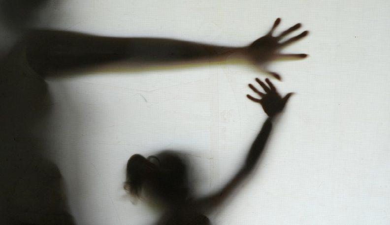Mãe segura mão da filha no contraluz (Foto: Elza Fiuza/Ag. Brasil)
