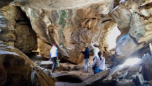 Pesquisadores com equipamentos de exploração dentro da gruta Casa de Pedra (Foto: Departamento de Geologia)