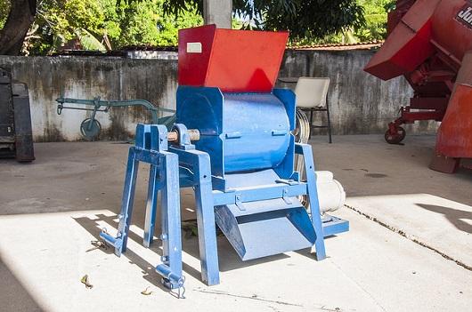 Máquina fatiadora de palma, azul e vermelha (Foto: Ribamar Neto/UFC)
