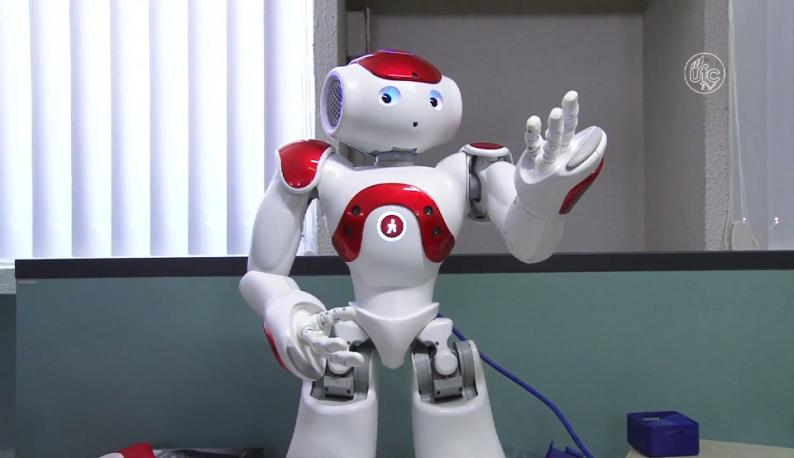 Robô japonês Nao com o braço levantado (Foto: Reprodução/UFC TV)