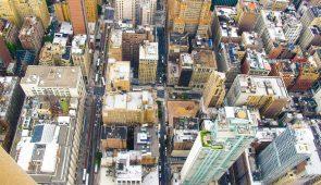 Imagem aérea de um grande centro urbano, com muitos prédios, formando corredores (Foto: Banco de imagens PxHere)