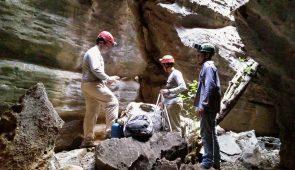 Três homens com equipamentos de exploração dentro da gruta Casa de Pedra (Foto: Lagetec)