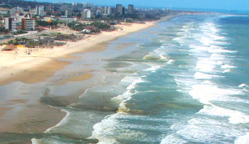Orla da praia do Futuro com manchas marrons (Foto: Divulgação)