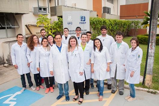 Integrantes do Labs reunidos em frente à placa do laboratório (Foto: Ribamar Neto/UFC)