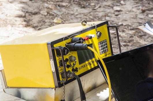 Equipamento elétrico amarelo em frente a um laptop (Foto: Ribamar Neto/UFC)