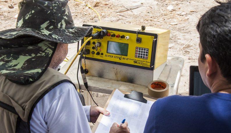 Pesquisadores com prancheta na mão copiando dados de um aparelho de tomografia (Foto: Ribamar Neto/UFC)