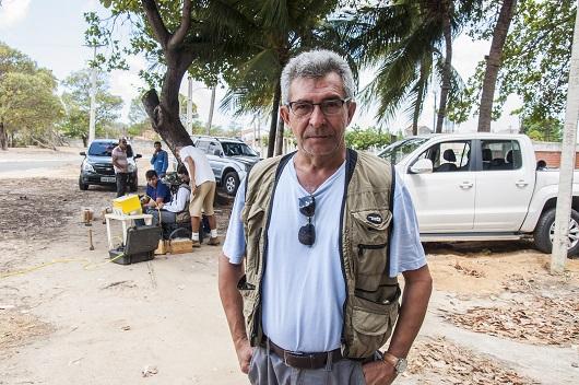 Professor Mariano Castelo Branco posando para foto no Campus do Pici, em região arenosa (Foto: Ribamar Neto/UFC)