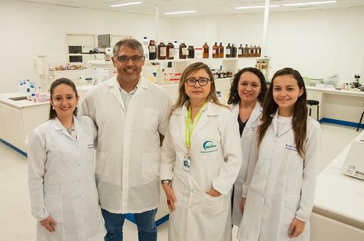Grupo de pesquisadores (quatro mulheres e um homem) em ambiente de laboratório, posando para a foto (Foto: Ribamar Neto/UFC)