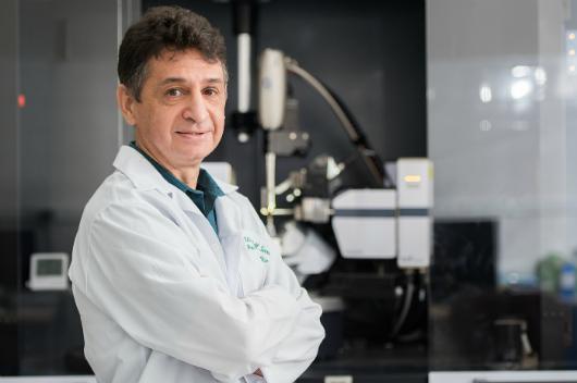 Professor Alejandro Ayala em frente a equipamentos do Laboratório (Foto: Jr Panela/Agência UFC)