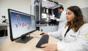 Pesquisadora acompanha estrutura molecular de composto em tela de computador ((Foto: Jr Panela/Agência UFC)