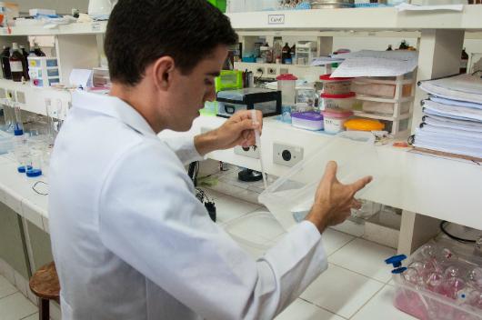 Pesquisador da Química trabalha com hidrogel em bancada no laboratório (Foto: Ribamar Neto/Agência UFC)
