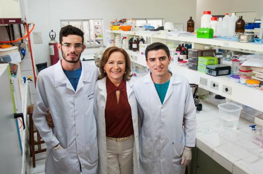 Equipe que participa da pesquisa: estudante Túlio Aragão, a professora Judith Feitosa e o mestrando Marcus Vinícius (Foto: Ribamar Neto/Agência UFC)