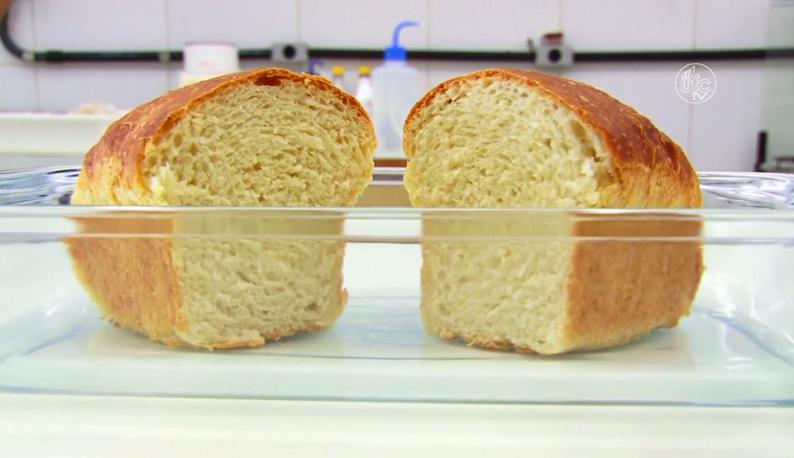 Pão cortado ao meio dentro de um recipiente (Foto: Reprodução/UFC TV)
