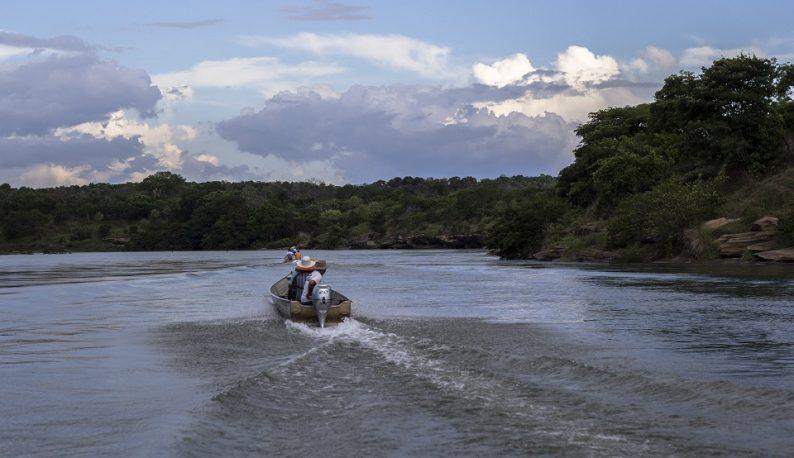 Rio Parnaíba, com pequenos barcos em movimento ao centro (Foto: Cassio Moreira/Codevasf)
