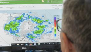 Pesquisador analisa dados de satélites da Funceme em tela de computador (Foto: Viktor Braga/Agência UFC)