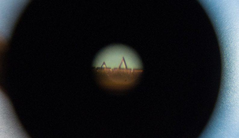 Pequenos triângulos dourados ampliados por microscópio (Foto: Ribamar Neto/UFC)